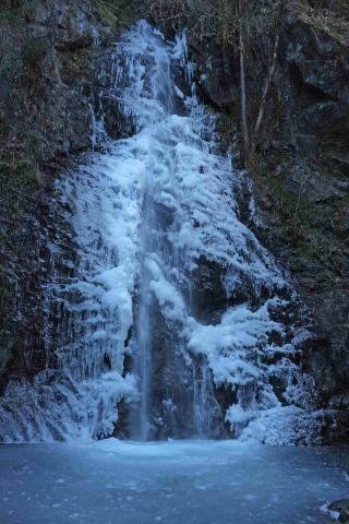 氷結の払沢の滝 (ホッサワノタキ)