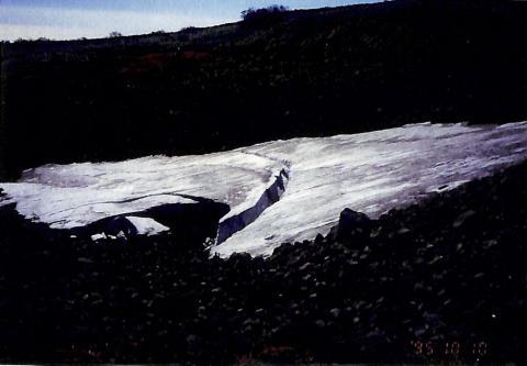 鳥海山の万年雪(多年性雪渓)